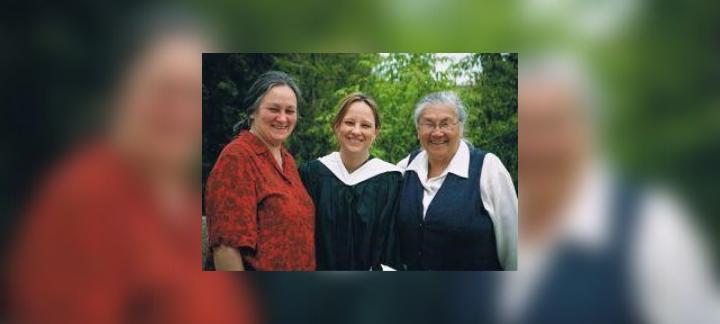 Angel Larkman, le jour de sa graduation avec sa mère et sa grand-mère