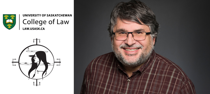 Photo du professeur Larry Chartrand et le logo du College of Law de l'Université de la Saskatchewan