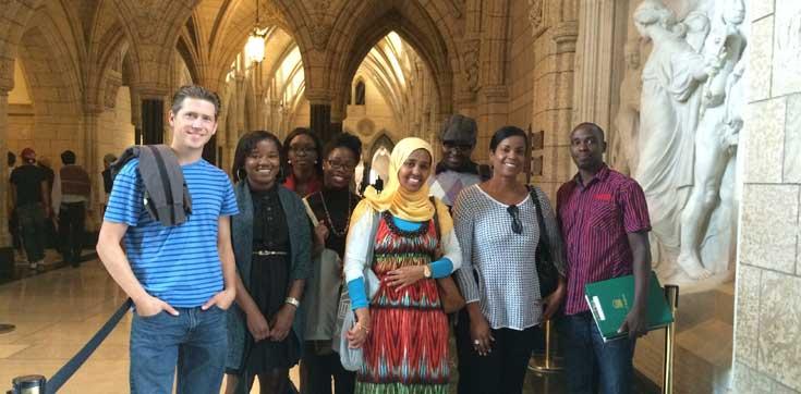 Prof. Roussy avec des étudiantes et étudiants du PFPD - Visite du Parlement du Canada